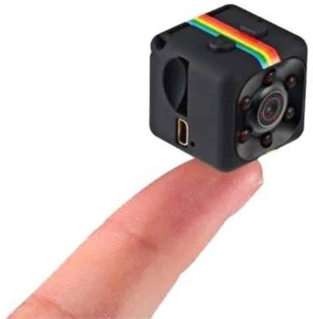 dedo segurando a mini camera Sq11